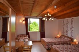 Parmi nos chambres de campagne dans le Jura, nos hôtes peuvent louer des chambres familiales de 5 personnes à l'Auberge du tilleul