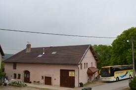 Restauration pour groupe visitant le Jura; Bus garé devant l'auberge du tilleul.