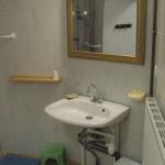 Lavabo ajustable en hauteur de la chambre handicapé de l'auberge du tilleul