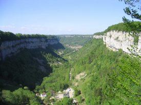 La reculée de Baume les messieurs depuis le belvédère de Crançot au-dessus de la grotte.