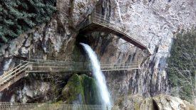 Baume les messieurs cascade du Dard en sortie de la grotte.
